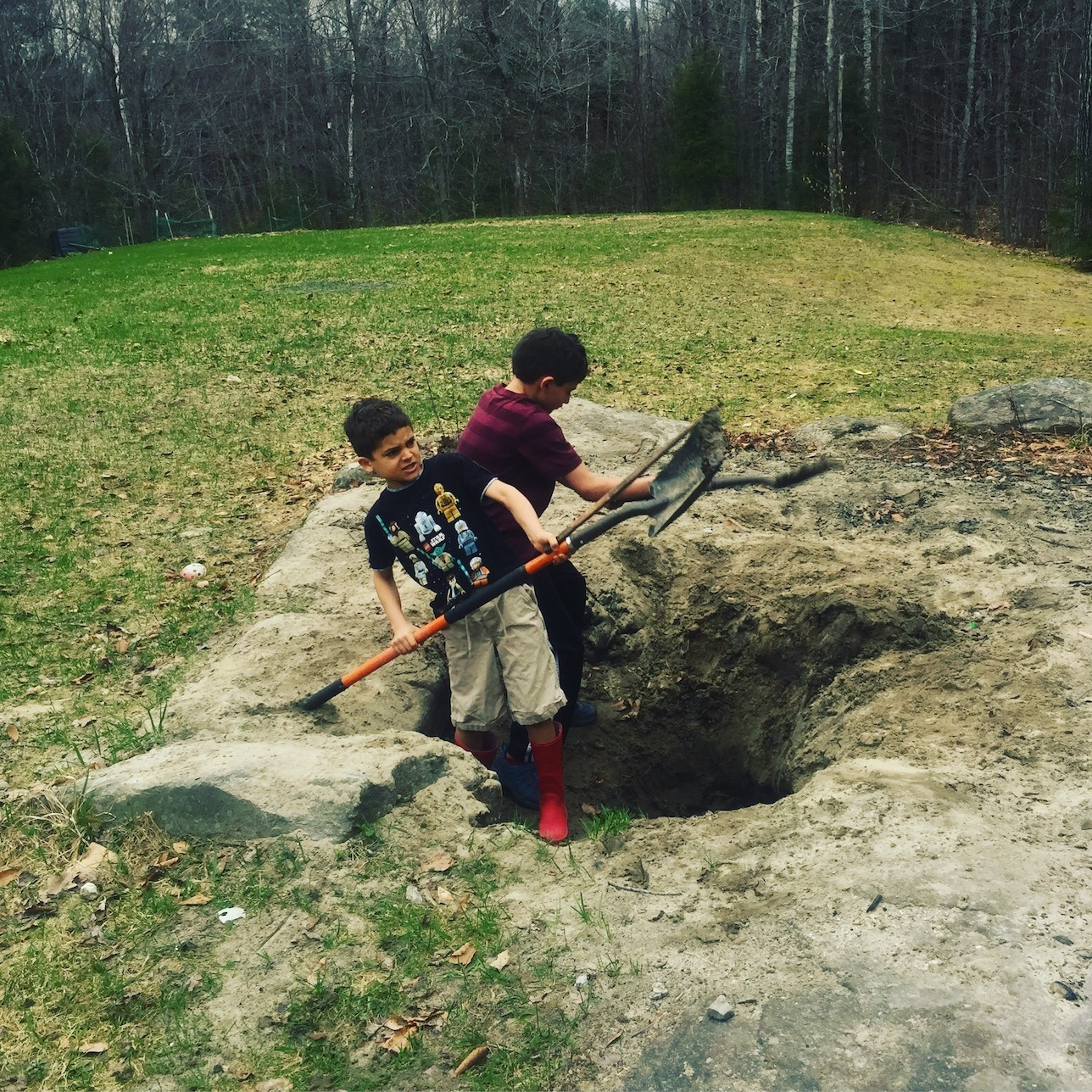 Boys digging with shovels www.thethreeyearexperiment.com