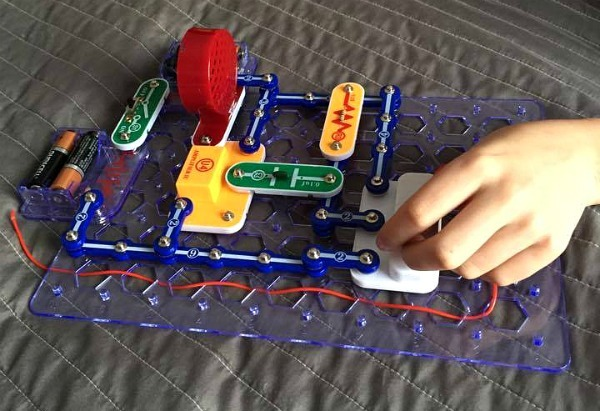 Snap Circuits--www.thethreeyearexperiment.com